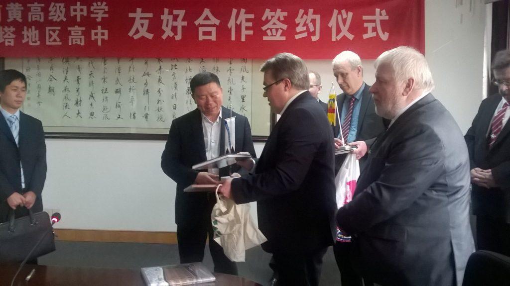 Neljän satakuntalaisen lukion rehtoria Kiinan vierailulla.