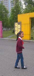 7-vuotias Lucy kouluvierailun oppaana Changzhoussa.