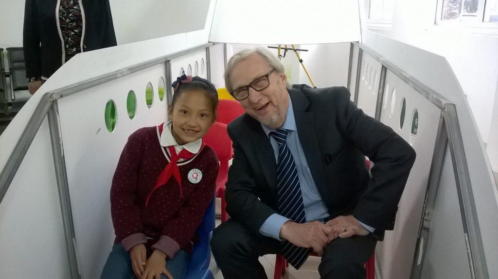 Lucy Markku Paukkusen oppaana kiinalaisessa koulussa.