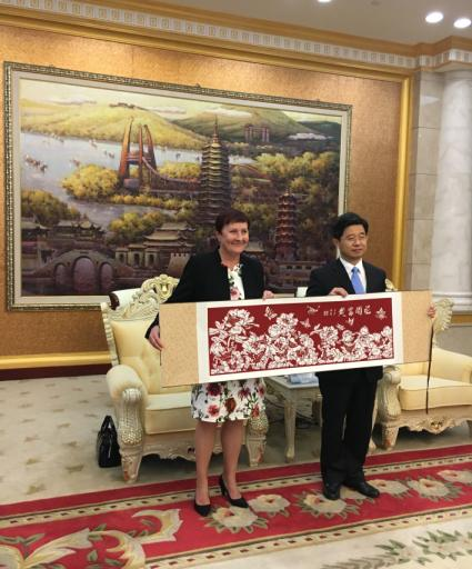 Porin kaupunginjohtaja Aino-Maija Luukkonen ja Changzhoun vice mayor Fang Gu