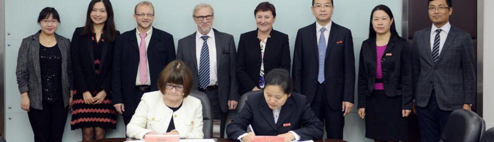 Sopimuksen allekirjoittivat osaamisaluejohtaja Tuula Rouhiainen-Valo ja Vice Dean Zhang Yue. Taustalla SAMKin Kiinan-toimiston harjoittelija Janie, Eva, Ari-Pekka Kainu, kirjoittaja itse, kaupunginjohtaja Aino-Maija Luukkonen sekä Changzhou Universityn Vice President Kuiqing Chen.
