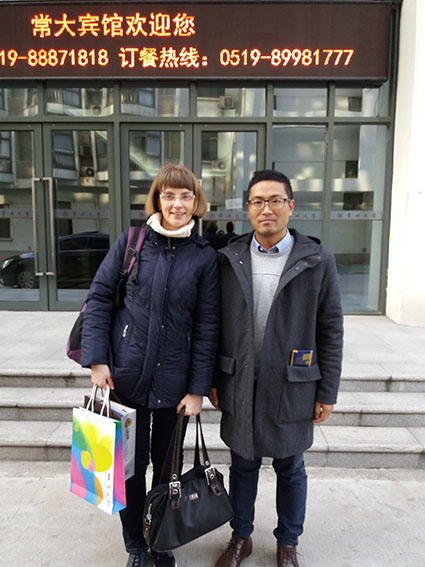 Changzhoun yliopistohotellin edustalla kirjoittaja ja Mr. Du Zhifeng (David), Changzhoun yliopiston kansainvälisen toimiston varajohtaja ja kansainvälisen koulutuksen varadekaani.